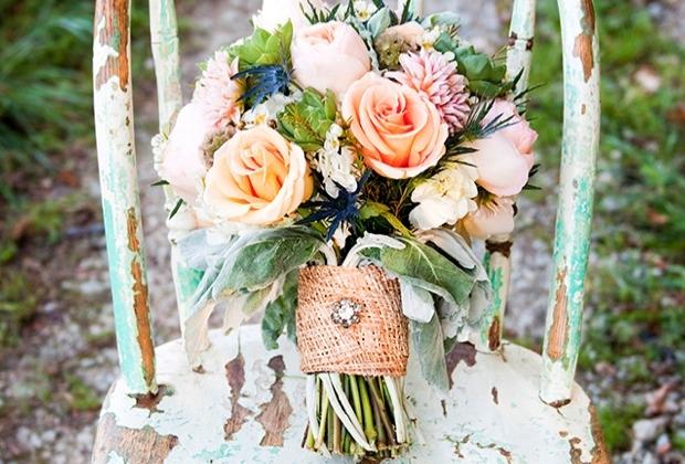 Blumenstrauß weiße und orange Rosen