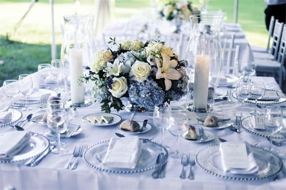 Die Vintage Tischdeko wirkt durch die Goldakzente und Glasketten besonders elegant